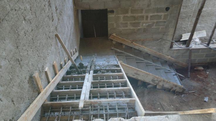 """""""nossa casa nosso sonho"""": Laje pronta agora é a vez da escada e telhado"""