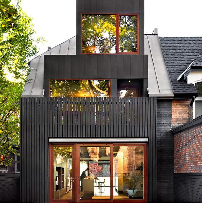 L'agence polyvalente +tongtong rénove une maison victorienne d'un quartier résidentiel de Toronto. Habillée de différentes teintes de zinc, la résidence gagne en volume, luminosité et modernité sans que son architecture vernaculaire n'en soit dé...