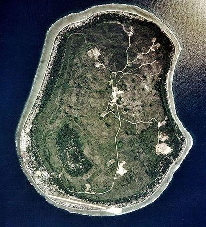 Nauru. Es considerada la nación más pequeña del mundo y es un ejemplo de cómo la acción minera puede destruir un territorio hermoso. Minas australianas y británicas han destruido el 80% de esta pequeña isla.