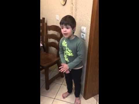 Мальчик ругает папу за мышь