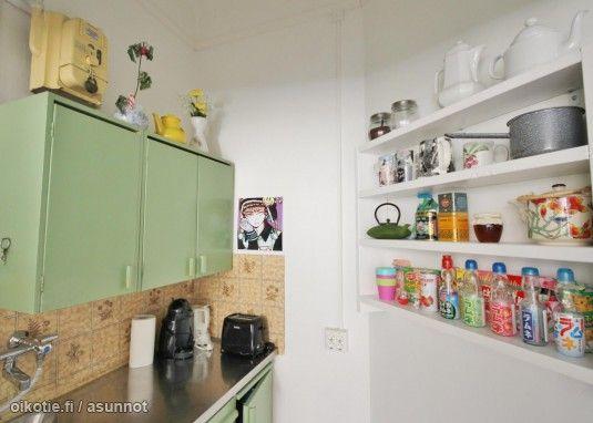 Check out the colorful bottles on this shelf! / Upeat, värikkäät pullot ovat tämän hyllyn magneetti! #väriä #colorshot
