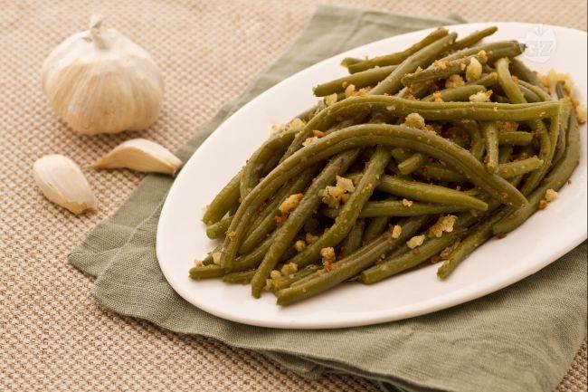 I fagiolini all'aglio e mollica croccante, sono un contorno ideale per accompagnare dei secondi piatti rustici o grigliati come polpette, salsicce, carne o pesce ai ferri.