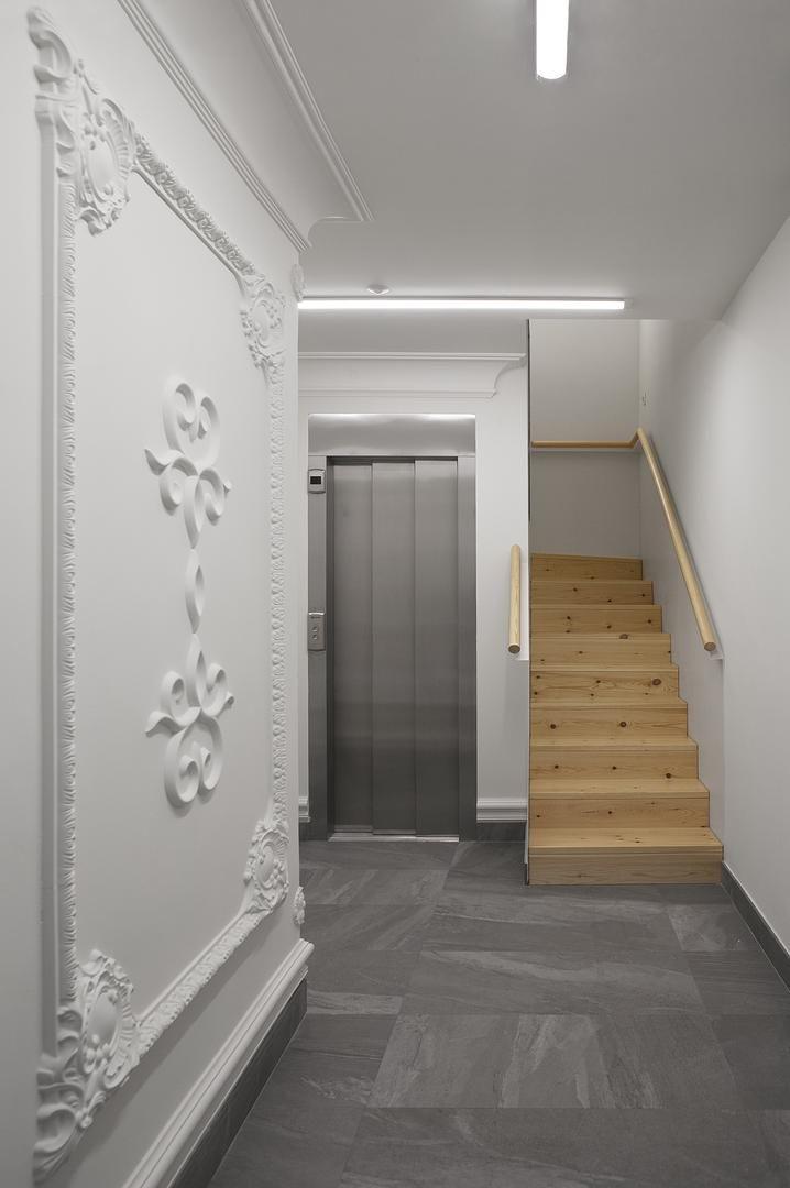 Portal de la reforma de portal y escalera, La Ascensión. Blanco, madera, porcelánico. Foto de @roi_alonso. Para ver más: http://somaa.es/proyecto/la-ascension/ #arquitectura #arquitecturainterior #galicia #coruña
