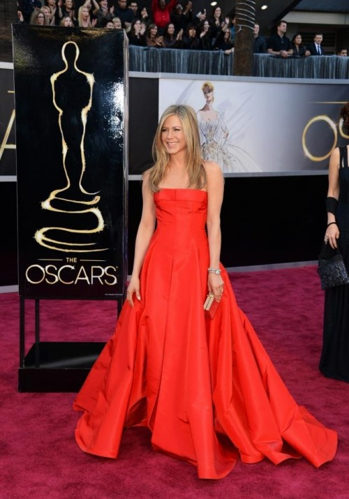 Jennifer Aniston en vestido de fiesta largo color rojo intenso corte princesa - Foto Valentno Facebook