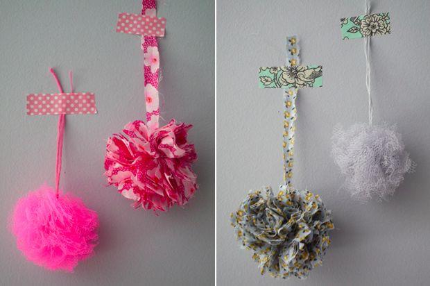 Fabriquez des petits pompons en tissu : http://www.modesettravaux.fr/pompons-tissu