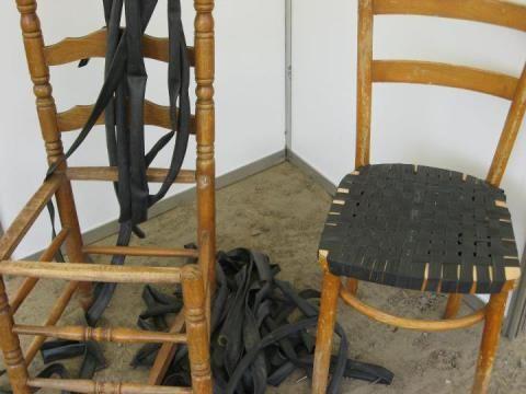 Een stoel bekleden met oude fietsbanden.