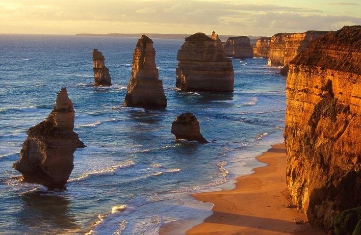 Avustralya'nın Victorıa bölgesinde kurulan, kalker yığınlarının aşınması ile ortaya çıkmış kaya grubu; The Twelve Apostles - on iki havari kayalıkları
