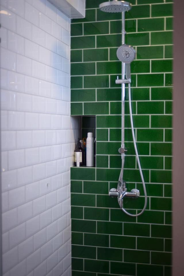 Green subway tiles serve as a feature in this bathroom bathrooms - Subway fliesen ...