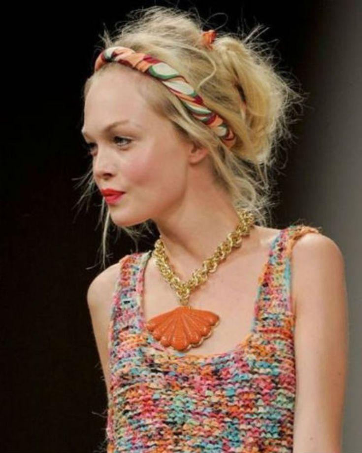 Chignon tressé avec un foulard   Coiffure avec foulard, Idées de mode, Style