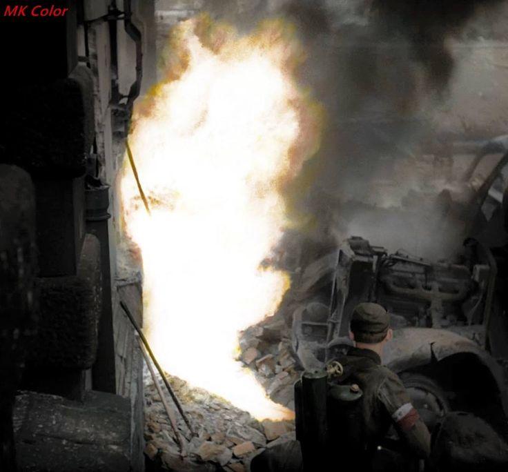 Powstaniec Warszawski przy obsłudze miotacza ognia.