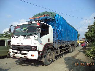 Sudah sejak Januari 2017 jalan utama di Kecamatan Tonjong, Brebes yang menghubungkan Tegal-Purwokerto sudah lama mengalami kerusakan parah. Akibatnya, antrean kendaraan bisa mengular sekitar lima kilometer, mulai dari wilayah Karangsawah ke arah selatan hingga Jembatan Sungai Glagah. Kondisi tersebut diperparah dengan adanya sejumlah kendaraan besar seperti truck yang mengalami kerusakan maupun terguling akibat menerabas lubang. Kalau sudah ada kejadian truck terguling di sekitar Tonjong…
