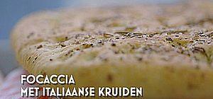 foto van focaccia met italiaanse kruiden