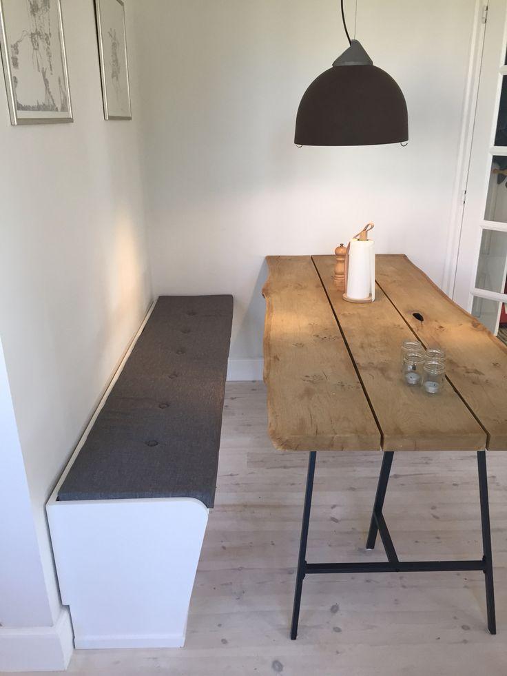 Hvid slagbænk på metermål i rustik københavner lejlighed/ Lunderskov Specialmøbler I/S