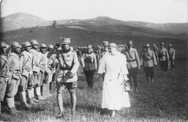 On-the-front-the-King-and-Queen-of-Romania-pass-salute  WW1