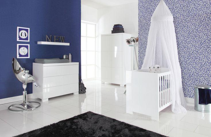 Brilliant Kinderzimmer von Europe Baby. Die grifflosen Türen und die eleganten rechteckigen Beine unter dem Bett, der Kommode und dem Schrank, verleihen dem Brilliant eine verspielte Ausstrahlung. Mit diesen Möbeln machen Sie aus Ihrem Babyzimmer ganz einfach ein robustes Jungen- oder ein hippes Mädchenzimmer.   Zu dieser Möbellinie gehört auch ein geräumiger Kleiderschrank mit Push-Open Beschlag, zwei großen Einlegeböden und einer Kleiderstange.