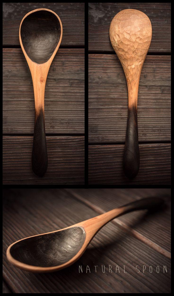 Cuillère en pommier sculptée a la main. Finition par brûlage et huile minérale. – Hand made apple tree spoon. Burnt and mineral oil finish.