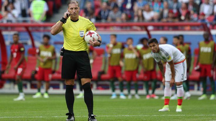 Schiedsrichter Nestor Pitana aus Argentinien holt sich Rat aus dem Video-Raum, Salcedo wartet im Hintergrund gespannt  - Nach Frust-Spiel mit Portugal - Ronaldo lässt Pressekonferenz sausen - Fussball - Bild.de
