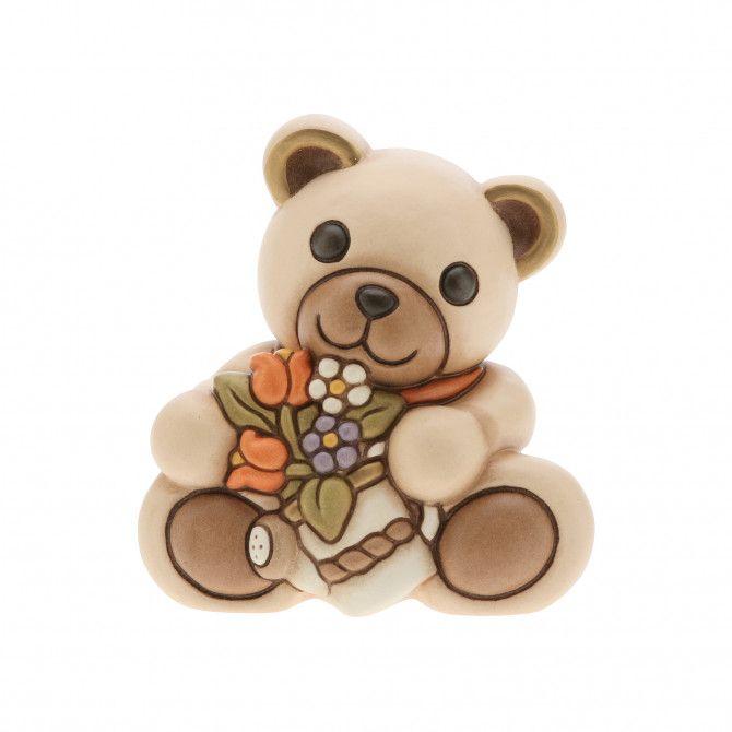 Accogli l'arrivo della primavera e ricrea la sua frizzante atmosfera con il dolcissimo Teddy e il suo annaffiatoio ricco di fiori. Le creazioni THUN portano gioia e amore in ogni occasione e in ogni ambiente della casa.