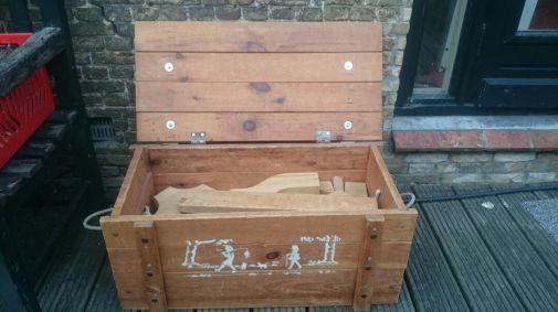 €35: Vintage grote houten kist met grote houten blokken. Hij is heel erg zwaar!