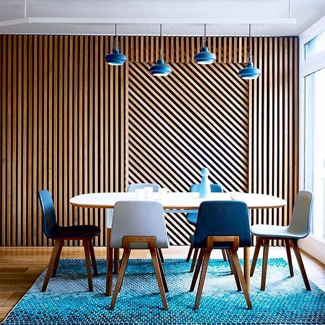 Só porque achei lindo, lindo! Ripado em madeira, com padrão diagonal na porta e detalhes em azul  Projeto da BoConcept.62 . .  Just because it's beautiful to see wood as wall cover and blue details around #dinnerroom  Design by BoConcept.62 . #amearquiteturanorio #amenorio #boconcept62 #amearquitetura #saladejantar #tapete #rug #design