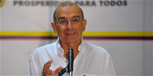 """El jefe negociador del Gobierno, Humberto de la Calle, señaló este viernes que la escogencia de las víctimas que irán a partir del próximo 16 de agosto a la mesa de diálogos de La Habana se hará """"con equilibrio y pluralismo"""" con el fin de que todos los afectados del conflicto se vean representados."""