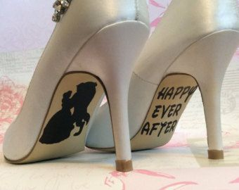 Alte romanische Presents...  Die Decals Schöne Disney Hochzeit Tag Schuh Abziehbilder, den perfekten letzten Schliff, Ihre Schuhe! Disney Themen für die perfekte Märchenhochzeit mit Cinderella und Prinz Charming Hergestellt aus schwer tragen im freien-Standard, die ist einfach und leicht zu gelten, sondern kann nach Gebrauch sorgfältig entfernt werden, wenn Sie es wünschen. Vollständige Anwendungshinweise sind enthalten.  Farben Erhältlich in den folgenden:  Schwarz Rot, Royalblau – perfekt…