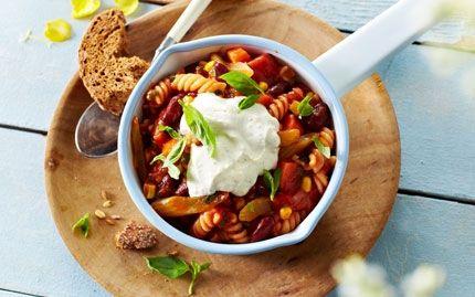 Grøntsagsgryde med pasta og skyr-topping