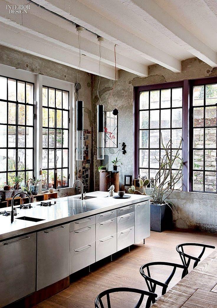 <p>Rostfritt stål passar alldeles utmärkt i köket. Tänk restaurangkök. Stilrent, modernt, men ändå klassiskt, praktiskt och tjusigt.</p>