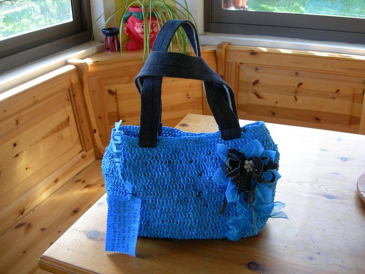 Borsa realizzata con buste di plastica azzurre lavorate all'uncinetto, manici in jean riciclato Bag made with plastic bags blue to crochet, handles recycled jeans  http://ricreanna.wordpress.com/2012/04/29/la-seconda-vita-di-un-sacchetto-della-spesa/