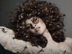 Вьющиеся волосы - это чудо. Их появление не объясняется никакими физическими законами, разве что генетикой. Кудрявые волосы – довольно редкий дар, и обладательницам такого сокровища необходимо отно...