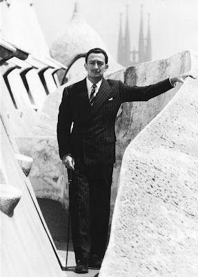 Dalí en la Casa Milà, obra de Gaudí (fotos de Ricard Sans, 1951). El pintor admiraba profundamente al arquitecto. En una ocasión, Le Corbusier le preguntó: Maestro, ya que es usted un visionario, ¿cómo imagina la arquitectura del futuro? —a lo que contestó: Es evidente, señor Le Corbusier. Como la del excelso Antoni Gaudí, blanda y peluda.