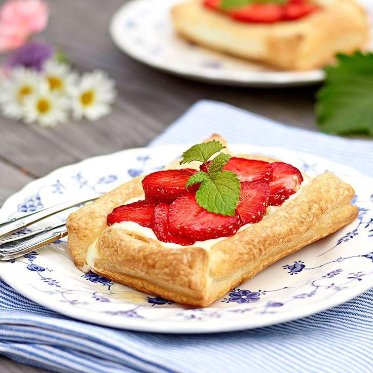 Spröda jordgubbsflarn med vaniljkräm och jordgubbar.