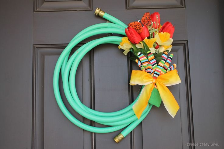 Easy and Cute little Spring and Summer Wreath - ooooh!  I saw some cheap garden hoses today at a dollar store, and the whole thing would cost under ten bucks!  I'm all about wreaths for my front door these days.