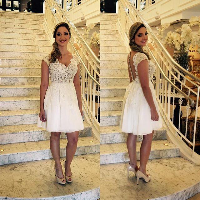 O vestido curtinho da noiva para o casamento civil - saia de mousseline de seda, busto trabalhado em renda francesa com transparência na pele e muitas pérolas ✨✨✨ #noivasdacarol @cassiacurvo