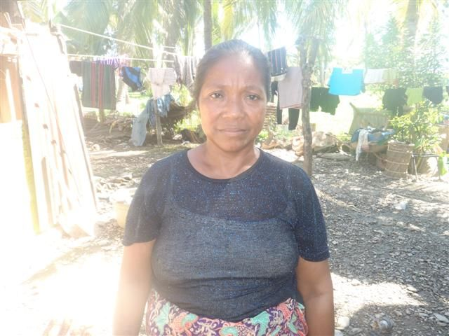 Etelvina wants her two children to have a better future. Her husband Jose and the children help her prepare and clean fruit for sale at Dili's central market.     Help Etelvina with just $25 to help her complete her $125 loan!