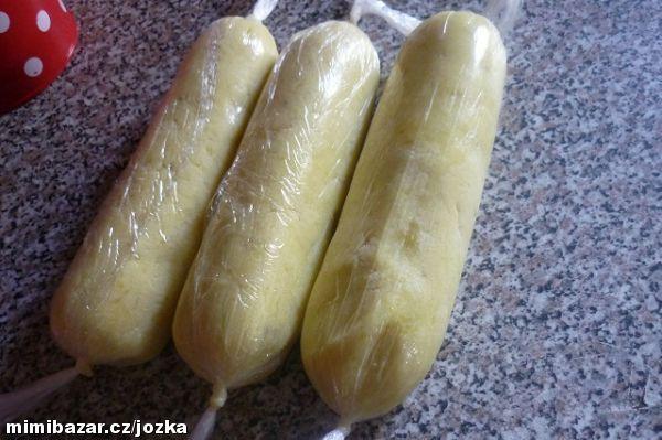 Zemiaková knedla, DOMÁCA RYCHLA a ako PÁPERÍČKO: 1kg ošúpanych, uverenych zemiakov, prelysujeme ako na pyré, pridáme 1/2 kg múky a 1-2 vajcia. Zabalíme do fólie, varíme cca 20 min, ked vyplávu na porch, sú hotové...dobrú chut!