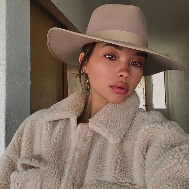 Pin By Pao Gomont On Hairdo Ideas With A Hat In 2021 Outfits With Hats Women Hats Fashion Hat Fashion