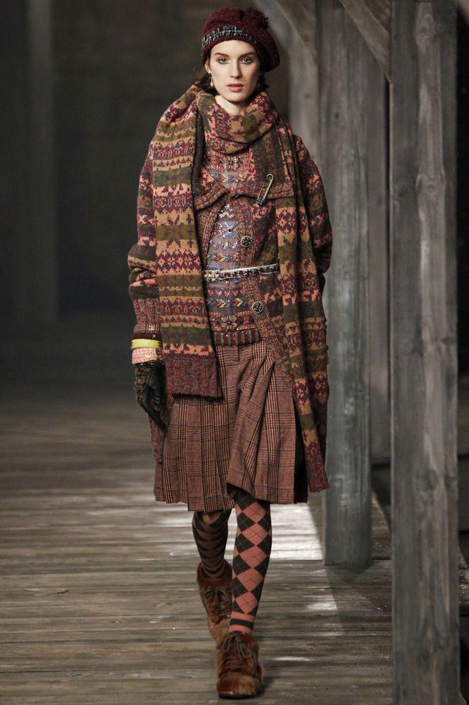 Chanel  fall- winter 13-14Chanel Metiers dArt Herfst-Winter 2013-2014 \ Fashion  Karl Lagerfeld presenteerde zijn Scottish show Chanel Metiers dArt . De show vond plaats in de stad van Linlithgow in Schotland. Diende als inspiratie voor de ontwerper van deze geweldige historische kleding van het Verenigd Koninkrijk: de traditionele tartans en kilts, en jurken in koninklijke stijl van Mary Stuart.