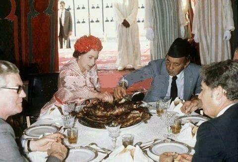 ملكة Queen Elizabeth eats with her hand with former King of Morocco Hassan II. Morroco, October 1980.