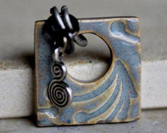 Abstracte keramische hanger in bruinvis grijs & Amber Cream glazuren, vierkant keramische sieraden van porselein klei, handgesneden ontwerp door Artgirl56
