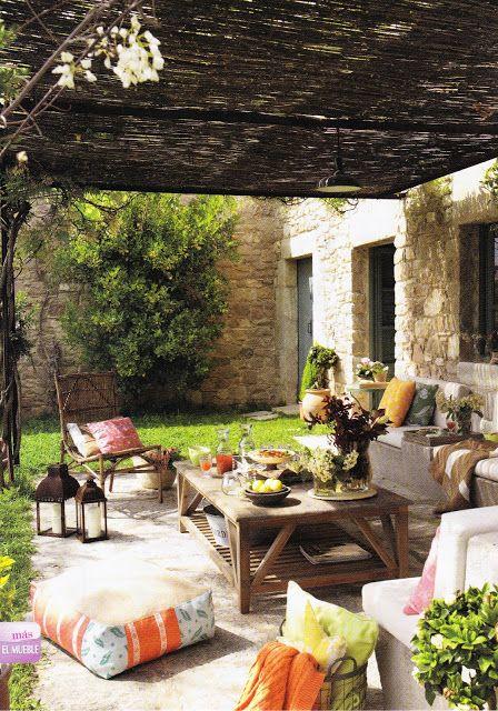 Om jag någonsin kommer ha ett sommarhus i Italien vill jag ha massa kuddar och fina färger på verandan. Jag ska njuta av att kunna äta ute varje dag!