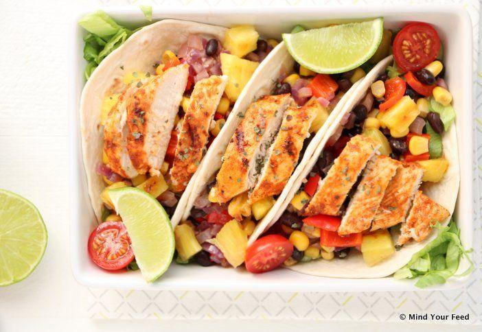 Makkelijke wraps met kip in limoen marinade, paprika, ui, zwarte bonen, mais en gegrilde ananas. Zomerse makkelijke maaltijd met een Mexicaanse twist.