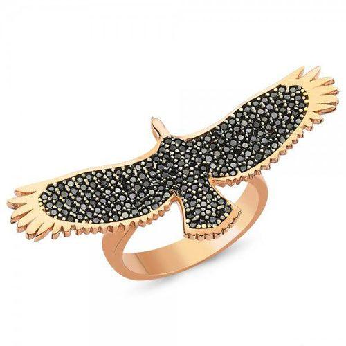 Bayan Kartal Yüzük - 925 ayar gümüş garantili rose (kırmızı altın kaplama) rengi olan yüzükte siyah zirkon taşları kullanılmıştır. En şık ve yeni bayan yüzük tasarımları yuzuksitesi.com`da / http://www.yuzuksitesi.com/bayan-kartal-yuzuk-10136