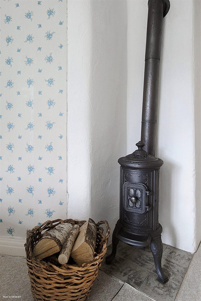 wow, this is a tiny little stove.  Probly doesn't warm up the house that much.  But it is cute!  http://www.confortexpert.com/Climatisation+air+froid+thermopompe+murale