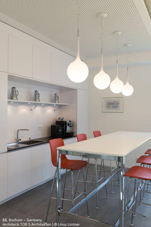 Line of 4 #Castore suspensions in this kitchen. #design Michele De Lucchi & Huub Ubbens.