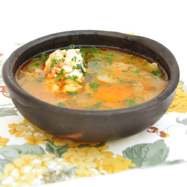 Caldillo de congrio, sopa muy sabrosa típica de la cocina chilena con papas y cebolla.