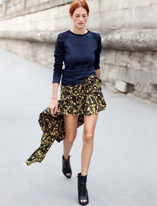 Travaillée dans un tissu africain, la mini jupe gagne indéniablement en style (photo Stockholm Streetstyle)