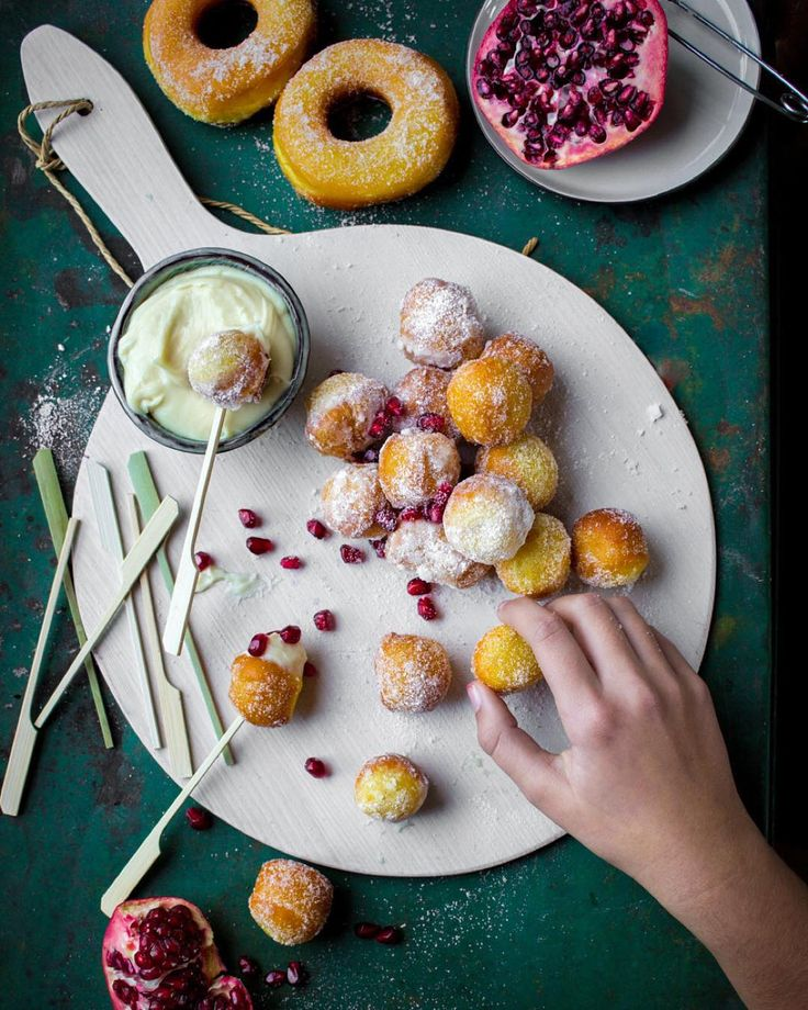 Safron donuts with a white chocolate perfect fingerfood! Recipe for chocolate dip on my blog. ||| Perfekt till glöggfesten! Saffransmunkar med vit chokladdipp. Recept på bloggen!  #femina #feminasverige #glöggfest #adventsfika #adventsmingel by diadonna