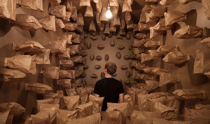 Инсталляция из «живых» бумажных пакетов