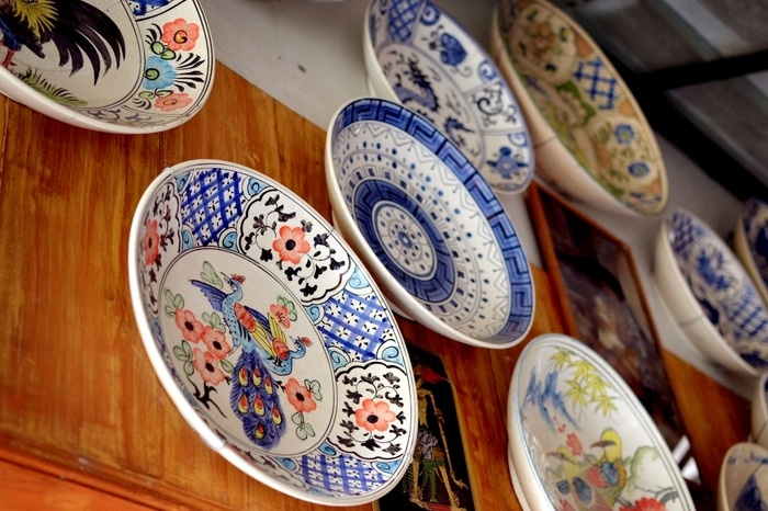 Plates on the wall. A Chinese ceramic plates, its a vintage and fragile. Photo by Stefanus Ajie.